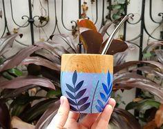Painted Plant Pots, Painted Flower Pots, Pottery Painting Designs, Pottery Designs, Painted Jewelry Boxes, Tea Coaster, Ceramic Shop, Glass Bottle Crafts, Art N Craft