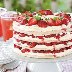 Fresh Strawberry Meringue Cake Sort of like a pavlova. Fresh Strawberry Desserts, Strawberry Meringue, Strawberry Shortcake, Strawberry Pavlova, Strawberry Breakfast, Strawberry Glaze, Strawberry Delight, Breakfast Healthy, Health Breakfast