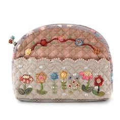 Embroidery flowers on front band Patchwork Fabric, Patchwork Bags, Quilted Bag, Japanese Patchwork, Japanese Quilts, Patch Quilt, Applique Quilts, Diy Bags Purses, Handmade Purses