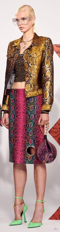 Resort 2021 Versace Fashion Today, Fashion 2020, New Fashion, Fashion Trends, Donatella Versace, Gianni Versace, Versace Fashion, Versus Versace, Italian Fashion Designers