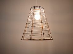 DIY-Anleitung: Kupferfarbene Lampe mit Gummiband bauen via DaWanda.com
