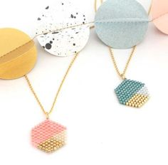 Hexagonal DIY necklace in peyote weaving with Miyuki Delicas beads - Trend 2019 Jewelery Seed Bead Jewelry, Bead Jewellery, Beaded Jewelry, Fine Jewelry, Beaded Bead, Jewelry Necklaces, Diy Jewelry Tutorials, Diy Jewelry Making, Making Bracelets