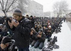 كازاخستان Kazakhstan Jum'a (Friday) Prayer in the Snow[Kazakhstan men attend Friday prayers under snowfall at the Central mosque in Almaty.] From the collection: IslamicArtDB » Photos of Snow (14 items)