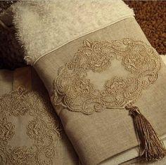 TOALHAS NO LAVABO  QUE DA UM TOQUE TODO ESPECIAL Designer Bed Sheets, Bathroom Towel Decor, Decorative Towels, Diy Wedding Decorations, Creative Home, Lace Knitting, Felt Flowers, Kitchen Towels, Ribbon Embroidery