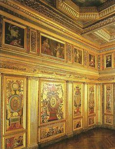 """cabinet-marechale-de-la-meilleraye-Arsenal.- 84) LE PALAIS DE L'ARSENAL: La petite pièce voisine, exquise par ses proportions, sans doute un oratoire, est connue sous le nom de """"CABINET DES FEMMES FORTES"""" à cause des figures féminines qui ornent la pièce, elles sont peintes par GUY FRANCOIS (1578-1650): Esther, Porcia, Sémiramis, Judith, Lucrèce, Bérénice, Jeanne d'Arc en costume Renaissance."""