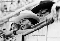 L'actrice française Romy SCHNEIDER et son mari Harry MEYEN assistent à une corrida dans les arènes d'Arles le 16 juillet 1971.