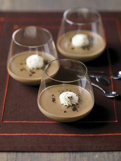 1. Breng de koffie, room en suiker aan de kook. 2. Week de gelatineblaadjes in koud water. Knijp ze goed uit en voeg ze aan de warme koffie toe. Roer tot de blaadjes opgelost zijn. 3. Giet de panna cotta in lage, brede glazen en laat gedurende 4 uur opstijven in de koelkast. 4. Dessert Simple, Dessert Light, Dessert Shots, Dessert Salads, Dessert Blog, Desserts Nutella, Raw Vegan Desserts, Cookie Desserts, Easy Desserts
