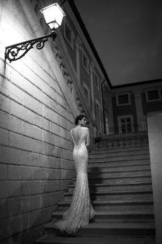 (Foto 3 de 21) Glamoroso vestido de novia con espalda descubierta y bordado a mano con perlas y micro cristales joya. Imagen Berta, Galeria de fotos de ¿Lucirías un traje de novia con manga larga?