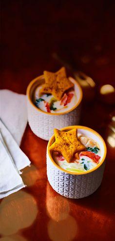 #MaTableAuSommet  Dans un écrin aux couleurs de Noël, savourez des noix de Saint-Jacques et des girolles cuisinées dans une sauce au vin de banyuls où s'invitent des brisures de fèves de soja et des noix de Noël croustillantes Les petits pots pourront être réutilisés en bougeoir, ramequins…  #Noël #Repas #Chic #Cassolettes