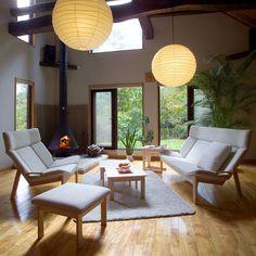 匠工芸 GRANDE ソファ 清潔感と透明感にあふれ、シンプルなデザインに溶け込み北欧家具のような雰囲気でありながら、和の空間にもマッチします。 1人掛けから3人掛けまで自分好みにカスタマイズでき、同シリーズのオットマンと合わせてのご使用もおススメです。