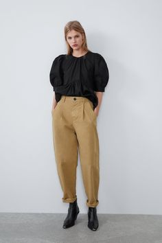 A pair of pants for any occasion. The new collection is here at ZARA online. Enter now and discover all the pants of the new collection at ZARA. Pantalon Slouchy, Slouchy Pants, Mode Outfits, Casual Outfits, Trousers Women, Pants For Women, Wrap Pants, Polka Dot Pants, Online Zara