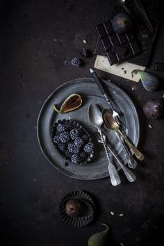 Towards a new season – Tarte au chocolat with figs, blackberries and pine nuts | The Freaky Table