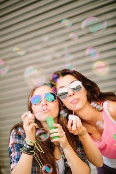 amigas haciendo burbujas