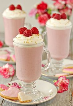 Raspberry White Hot Chocolate - a fun (pink!) dessert twist on the usual hot chocolate! (I'm not even a white chocolate fan but this still looks yummy! Fun Drinks, Yummy Drinks, Yummy Food, Beverages, Hot Chocolate Bars, Hot Chocolate Recipes, Chocolate Milkshake, Strawberry Milkshake, Chocolate Shake