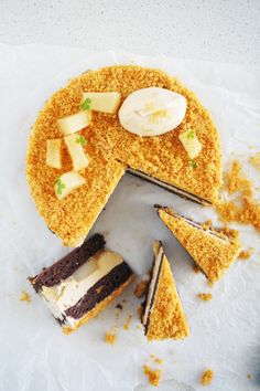 If there is a cake for every season, I think this pear caramel chocolate cake is a strong contender for autumn. Maybe it's the golden car. Pear And Chocolate Cake, Chocolate Sponge Cake, Gourmet Desserts, Mini Desserts, Caramel Mousse, Caramel Pears, Torte Recipe, Pear Cake, Buttercream Recipe