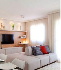 sofa para os dois lados, painel da tv com prateleiras