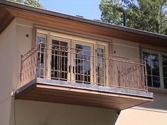 About the right size for a balcony off the bedroom. I think we are going to explore this idea Terrace Grill, Balcony Privacy Screen, Juliette Balcony, Bedroom Balcony, Apartment Balconies, Balcony Design, Planting Flowers, Small Decks, House