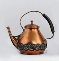 ALBIN MÜLLER copper teakettle, c. manufactured by Eduard Hueck, cm high. Copper Pots, Hammered Copper, Antique Copper, Brass, Copper Interior, Clay Teapots, Iron Decor, Art Nouveau, Chocolate Pots