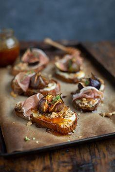 Roast fig tartines with blue cheese, prosciutto & honey Tapas, Roasted Figs, Honey Recipes, Dip Recipes, Cheese Recipes, Snack Recipes, Blue Cheese, Prosciutto, Tray Bakes