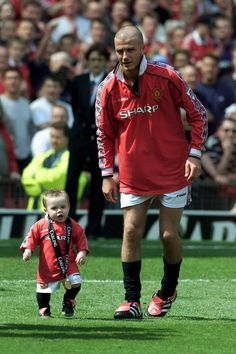 An adorable throwback picture of David Beckham with eldest son Brooklyn Beckham on Manchester United's Old Trafford football ground David Beckham Manchester United, Manchester United Old Trafford, Manchester United Football, David Et Victoria Beckham, Victoria And David, Soccer Guys, Soccer Players, Cristiano Ronaldo Girlfriend, Fifa