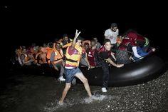 周六(8月15日),40名非洲难民在搭船越过地中海时在船舱中被闷死;同时希腊科斯岛上的难民再次发出暴力冲突。前一天,欧盟官员说,目前全世界正面临二战以来最大的难民危机。 - 国际新闻