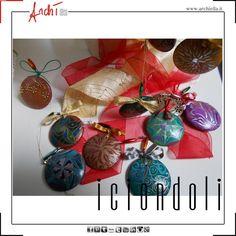 Ciondoli in legno decorati a mano, graziosi segnaposto/portatovagliolo, possono riempire i rami piccoli dell'albero di Natale oppure arricchire un table abbillé.
