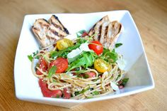 Spaghettis aux tomates crues et roquette / Spaghettis with raw tomatoes and roquette
