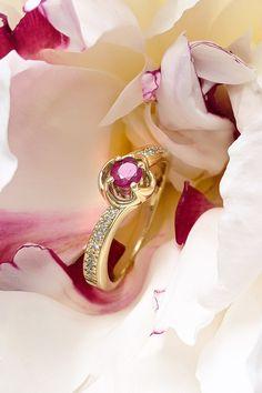 Rubín, pradávny symbol vášne a lásky, môže strážiť aj váš vzťah – ak mu to dovolíte. S týmto zámerom sme ho totiž tvorili, s týmto úmyslom bol prírodný rubín ručne osadený do prekrásneho prsteňa Riches. Zmyselný charakter mu dodáva aj 18 diamantov, ktoré sú citlivo rozmiestnené tak, aby rubín nič nestratil zo svojho plnokrvného puncu. A ak už si teraz predstavujete príležitosti, na ktoré bol stvorený, áno, sú to zásnuby, narodenie milovaného dieťatka či oslava výročia vašej lásky!