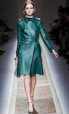 green Valentino leather coat from the Fall 2011 Collection Black Rain Jacket, Rain Jacket Women, Green Raincoat, Hooded Raincoat, Elle Fashion, Timeless Fashion, Womens Fashion, Raincoats For Women, Jackets For Women