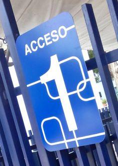 JFK SCHOOL | Señalización de accesos. Propuesta en panel de aluminio compuesto con aplicación de gráficos en recorte de vinil.