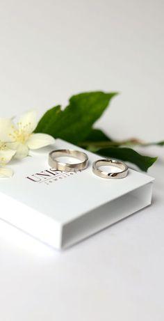 Обручальные кольца необычной формы - лента Мёбиуса. Кольца удивительно красивые своим сочетанием матовой и глянцевой фактуры.  Индивидуальное изготовление по пожеланиям (размеры,ширина)