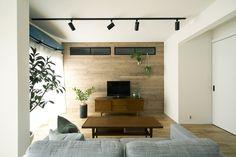 板張り、壁、アクセントウォール、無垢、フローリング、ハウズライフ Japanese Grocery, Interior And Exterior, Kitchen Design, Entryway, Windows, Flooring, Modern, Room, Furniture