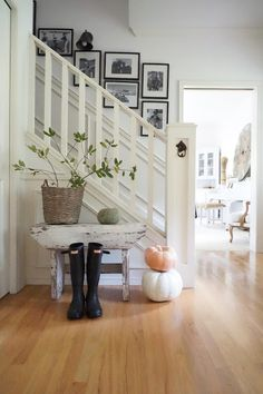 Awesome Modern Farmhouse Staircase Decor Ideas – Decorating Ideas - Home Decor Ideas and Tips - Page 49 Farmhouse Stairs, Farmhouse Homes, Vintage Farmhouse, Farmhouse Decor, Modern Farmhouse, Farmhouse Style, Fresh Farmhouse, Modern Country, Farmhouse Ideas