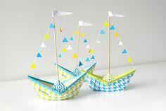 ·Papierboot Vorlage ausdrucken ·weißes A4 Papier ·Tonzeichenpapier in weiß, gelb und blau – für die Wimpeln ·weißen Zwirn, Nähnadel ·Schaschlikspieße ·Kleber Bild 1: pdf-Datei auf A4 Papier b…