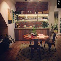 Sillas Tolix y Pomos de farmacia en el espacio de Puna en #casacorperu