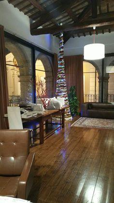 Nello studio Style della LIBELLULA l'albero di Natale splende creando il clima natalizio.  Fate i buoni  Mauro Franchi