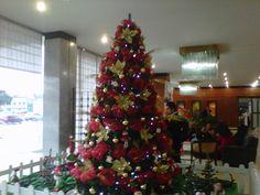 Arbol de navidad en el lobby del Hotel Escuela del Centro Nacional de Hotelería, Turimso y Alimentos del SENA - Bogotá