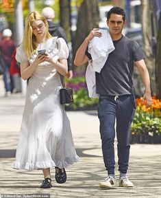 Elle Fanning stuns in a floral dress at the Prada Resort 2020 show with her boyfriend Max Minghella Celebrity Couples, Celebrity Photos, Dakota And Elle Fanning, Princess Marie Of Denmark, Shows In Nyc, Diane Kruger, Blonde Beauty, White Hoodie, Fashion Styles