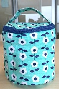 Free Great make-up bag complete with step by step instructions and free pattern.Don't fret because you've never put in a zipper the instructions will guide you through every obstacle. Has compartment pockets inside..just like those vera bradley bags..How neat..