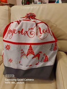 Et si cette année vous confectionniez une hotte de Noël en tissu pour placer tous les cadeaux au pied du sapin ou décorer votre intérieur à l'occasion des fêtes ? Ce tuto couture est gratuit. Occasion, Drawstring Backpack, Backpacks, Bags, Fashion, Tutorial Sewing, Fume Hood, Fir Tree, Tutorials