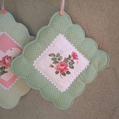 Nenhuma descrição de foto disponível. Scrappy Quilts, Mini Quilts, Quilting Projects, Sewing Projects, Christmas Applique, Techniques Couture, Crochet Handbags, Sewing Accessories, Mug Rugs