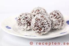 Chokladbollar rullade i kokosflingor Swedish Language, Fika, Baked Goods, Sweet Tooth, Sweets, Cookies, Chocolate, Breakfast, Desserts