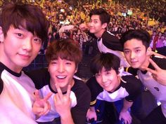 i love jonghun for posting this picture. ftisland concert, someone take me there///