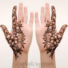 Finally... some time to henna myself my interpretation of a design inspired by @henna_byneha I love symmetry so I used a mirror image.…