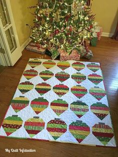 Decorate your home with this festive throw quilt inspired by Christmas ornaments! This Christmas quilt tutorial uses fat quarters and easy strip quilting. Christmas Blocks, Christmas Quilt Patterns, Christmas Sewing, Christmas Projects, Christmas Quilting, Felt Projects, Christmas Fabric, Christmas Ideas, Xmas