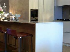 CUCINA MODERNA LACCATA BIANCA CON PENISOLA Interior Design Studio, Kitchen, Furniture, Home Decor, Trendy Tree, Nest Design, Cooking, Decoration Home, Room Decor