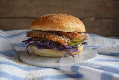 Den bedste hjemmelavede burger! Perfekt smag af salt, surt, sødt, blødt og sprødt. Hjemmelavet ribbenstegsburger med blød burgerbolle, rødkålsslaw og syltede agurker kan gøre en hver mand lykkelig!… Mexican Food Recipes, Ethnic Recipes, Salmon Burgers, Hamburger, Sandwiches, Toast, Chicken, Let, Cheeseburgers