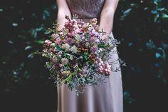 Acquerelli, bacche, fiori selvatici e ispirazione artistica per il matrimonio di due fotografi matrimonialisti, tra colori pastello e dettagli da adorare!
