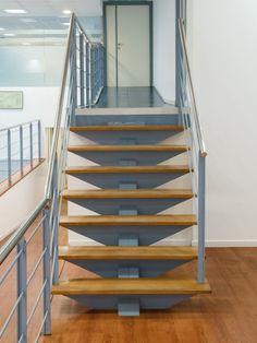 Diseño y fabricación de escalera de madera de iroko barnizado sobre estructura metálica