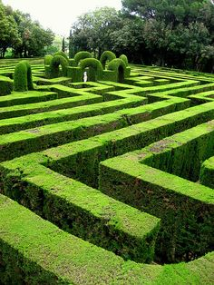 Green maze in Parc del Laberint d'Horta in Barcelona, Spain (by oledoe).